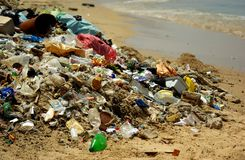Förorenad strand Arkivbild