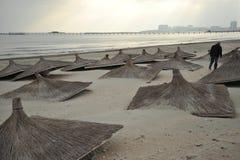 Förorenade smutsiga Black Sea i den Constanta semesterorten, Rumänien arkivbilder