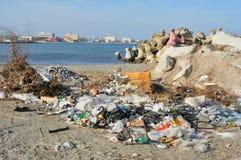 Förorenade smutsiga Black Sea i Rumänien Royaltyfri Foto