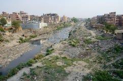 Förorenat slumområde nära den sakrala Bagmati floden i Katmandu, Nepal Royaltyfri Foto