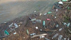 Förorening av floden med plast-avfalls ekologiskt problem arkivfilmer