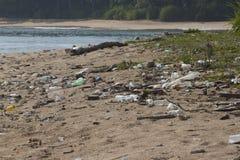 Förorening av kust- ekosystem, naturlig plast- royaltyfri fotografi