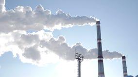 förorening för fabrik för luftbakgrund blå Global uppvärmningproblem Solen och röka fabrikslampglas bakom Kioto protokoll Vit rök stock video