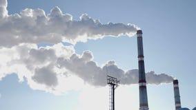 förorening för fabrik för luftbakgrund blå Global uppvärmningproblem Solen och röka fabrikslampglas bakom Kioto protokoll Vit rök lager videofilmer