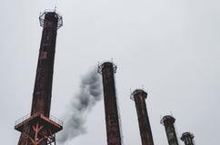 förorening för fabrik för luftbakgrund blå Utsläpp av giftliga dunster till atmosfären royaltyfri bild