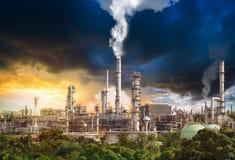 Förorening från oljeraffinaderi Arkivbilder