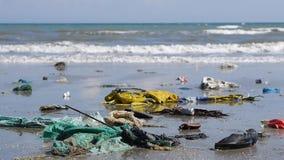 Förorening i marin- strömmar släpar avskräde till stränder close upp stock video