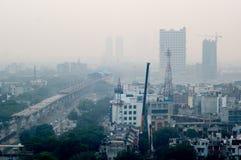 Förorening i Noida Delhi mot cityscapen Arkivbild