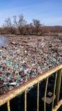 Förorening med plast-avfalls på en flod Arkivfoto