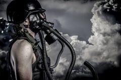 Förorening nukleär katastrof, man med gasmasken, skydd fotografering för bildbyråer