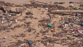 Förorening på en strand lager videofilmer