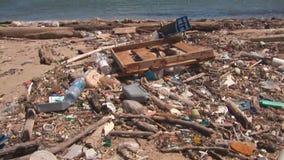 Förorening på en strand stock video
