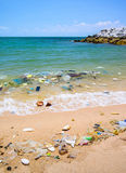 Förorening på stranden av det tropiska havet Arkivfoton