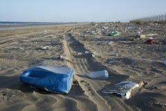 Förorening på stranden i Oman Arkivbild