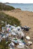 Förorening - Rubbish som dumpas på en strand - Cypern arkivfoto