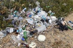 Förorening - Rubbish som dumpas på en strand - Cypern royaltyfria bilder