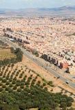 Förorter av Marrakesh den flyg- sikten från överkant med kartbokberg I Arkivfoto