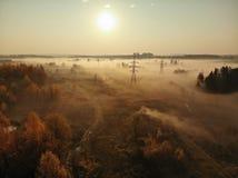 Förorts- dimmigt landskap med kraftledningar i Ryssland royaltyfria foton