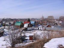 Förorts- by för sikt av gammalt, historiskt, låghus-, byggnadsträhusvinter Novosibirsk royaltyfria foton