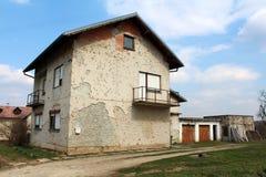 Förorts- familjhus tungt som är skadat vid granatsplitter under krig fotografering för bildbyråer