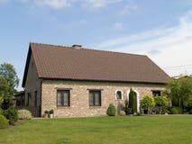 förorts- hus royaltyfri bild