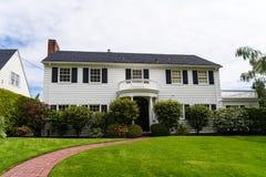 Förorts- hus för klassisk amerikansk panelbräda Arkivfoto