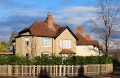 Förorts- småhus i England royaltyfri foto