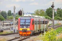 Förorts- stångbuss RA2 på stångvägen Diesel- drev av ryska järnvägar RZD Arkivfoto