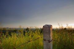 Förorts- taggtråd för skymning Arkivfoto