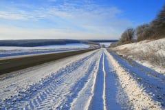 förorts- vinter för väg Arkivfoto