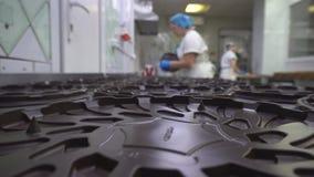 Förpacka av kakor på en konfektfabrik, kakaproduktion, livsmedelsindustri, fabricering lager videofilmer