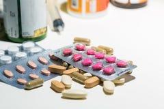 Förpacka av minnestavlor och preventivpillerar på tabellen Medicin Royaltyfri Fotografi