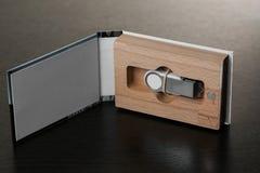 Förpacka för USB drev handgjord ask Träaskar på mörk bakgrund Arkivfoto