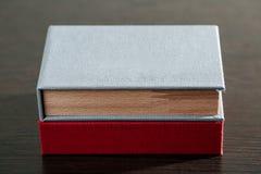 Förpacka för USB drev Träaskar med usb klibbar på mörk träbakgrund Royaltyfri Foto