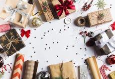 Förpacka jul för det nya året för julgåvaasken som förpackar inpackningspapper Arkivbild