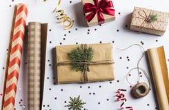 Förpacka jul för det nya året för julgåvaasken som förpackar inpackningspapper Arkivfoton