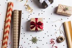 Förpacka jul för det nya året för julgåvaasken som förpackar inpackningspapper Fotografering för Bildbyråer