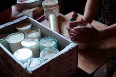 Förpackande hem- gräddfil i ask Royaltyfri Foto