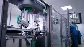 Förpackande linje på den farmaceutiska växten chemical tillverkningsväxt arkivfilmer
