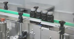 Förpackande maskin för preventivpiller i medicintillverkning av farmaceutisk bransch Produktionslinje för minnestavlan som förpac stock video