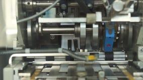 Förpackande maskin på den farmaceutiska fabriken arkivfilmer