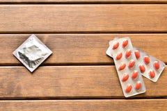 Förpackande preventivpillerar mot kondomen choice begrepp Arkivbilder