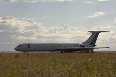 Förrådsplats av flygplan - gammalt sovjetiskt borgerligt passagerareflygplan i dield på sommardagen royaltyfri bild