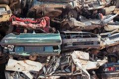 Förrådsplats av staplade bilar i skrot Arkivbild