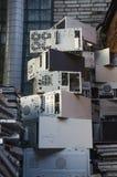 Förrådsplatsavfall bredvid tegelstenväggen Arkivbild