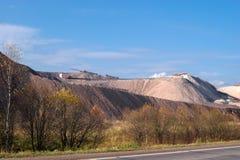 Förrådsplatser vaggar berg från salt-producerande växter Arkivbild