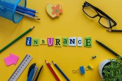 FÖRSÄKRING - ord på den försäkringsgivaremedel-, försäkringstagare- eller assurerarbetsplatsen Begrepp av försäkringaffären royaltyfri bild