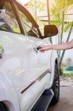 försäkringbegrepp, handkvinna med svart biltangent Royaltyfri Bild
