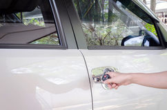 försäkringbegrepp, handkvinna med svart biltangent Arkivfoto