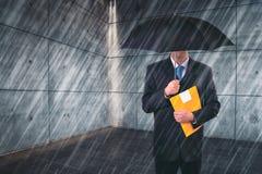 Försäkringmedel med paraplyet i stads- inställning Royaltyfria Bilder